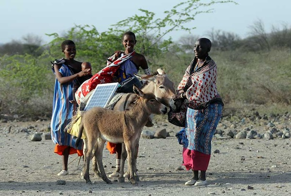 Kenyan women set up solar power