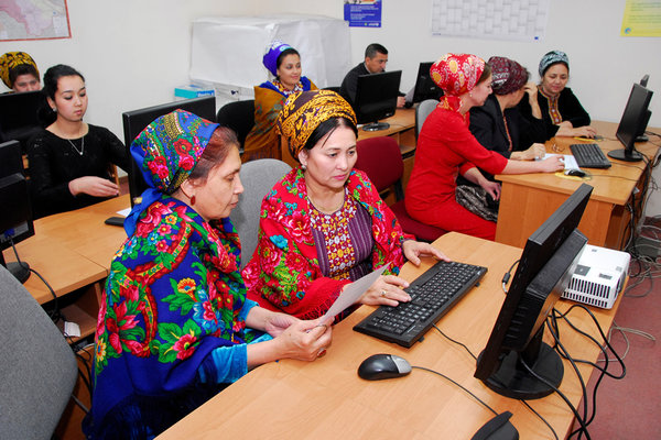 photo-women-daily-lives-turkmenistan-women-of-green
